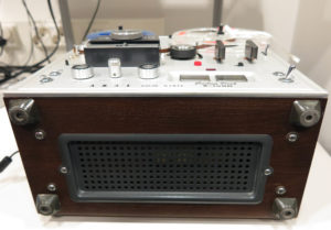 Vanhanaikainen nauhuri, jolla voi kuunnella ja digitoida kelanuhoja.
