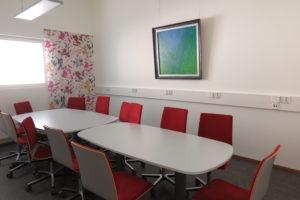 Ryhmätila Supassa on kaksi suurta pöytää, joiden ääressä on useita pyörällisiä toimistotuoleja.