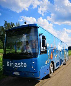 Kangasalan kirjastoauto Kotikujan Konsta. Sininen linja-auton näköinen auto.