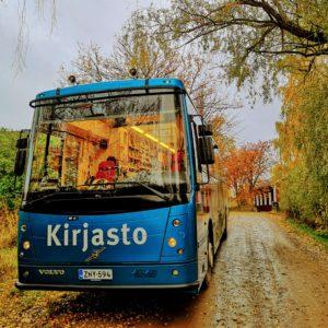 Kirjastoauto Kotikujan Konsta syksyisessä maisemassa.