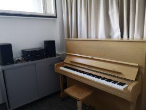 Pianohuoneessa on asiakkaita varten piano sekä CD-soitin.