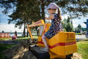 Kuvassa lapsi leikimässä liikennepuistossa Mobilian autokylässä.