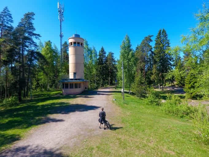 Pyöräilijä Kirkkoharjun näkötornin edustalla.