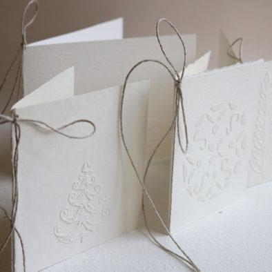 Kohokuvioituja valkoisia kortteja