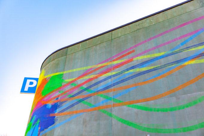 Kangasalan pysäköintitalon seinä, jossa näkyy värikäs taideteos