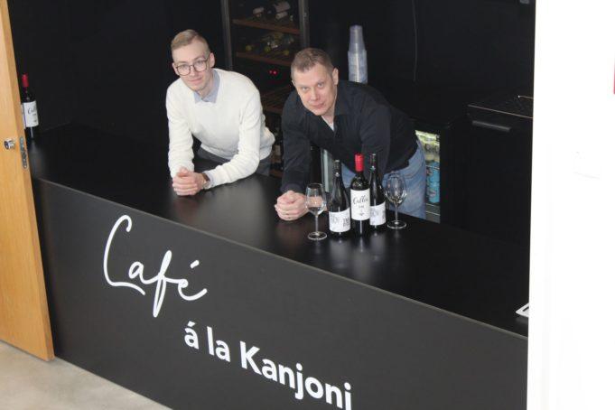 Mikael Laine ja Janne Heinonen Kangasala-talon ravintolan myyntitiskillä