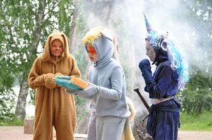Kuvassa Pikkuteatterin näyttelijöitä eläimiksi pukeutuneina