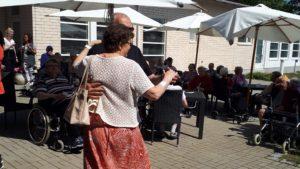 Kuvassa henkilöt tanssivat
