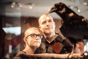Kuvassa ihmisiä Kimmo Pyykkö taidemuseossa