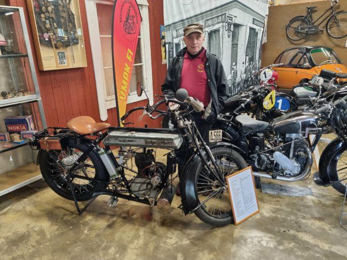 Simo Nieminen ja näyttelyn vanhin pyörä Rudge Multi vm 1914 tuli Suomeen Venäjän vallankumouksen jälkeen