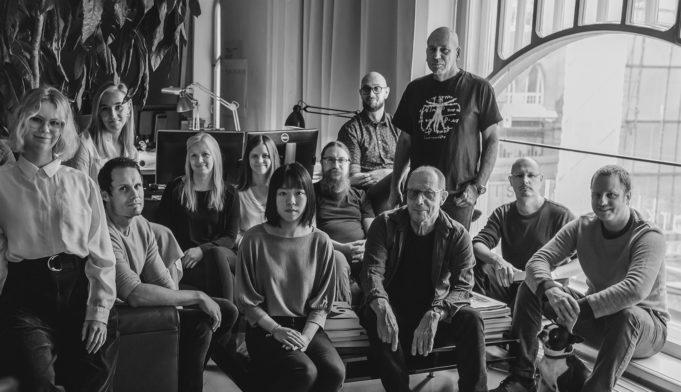 Arkkitehdit LSV Oy:n henkilöstöä, pääsuunnittelija Juha Luoma eturivissä toinen oikealta.