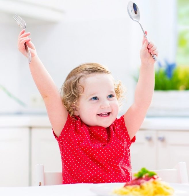 Lapsi ruokapöydässä